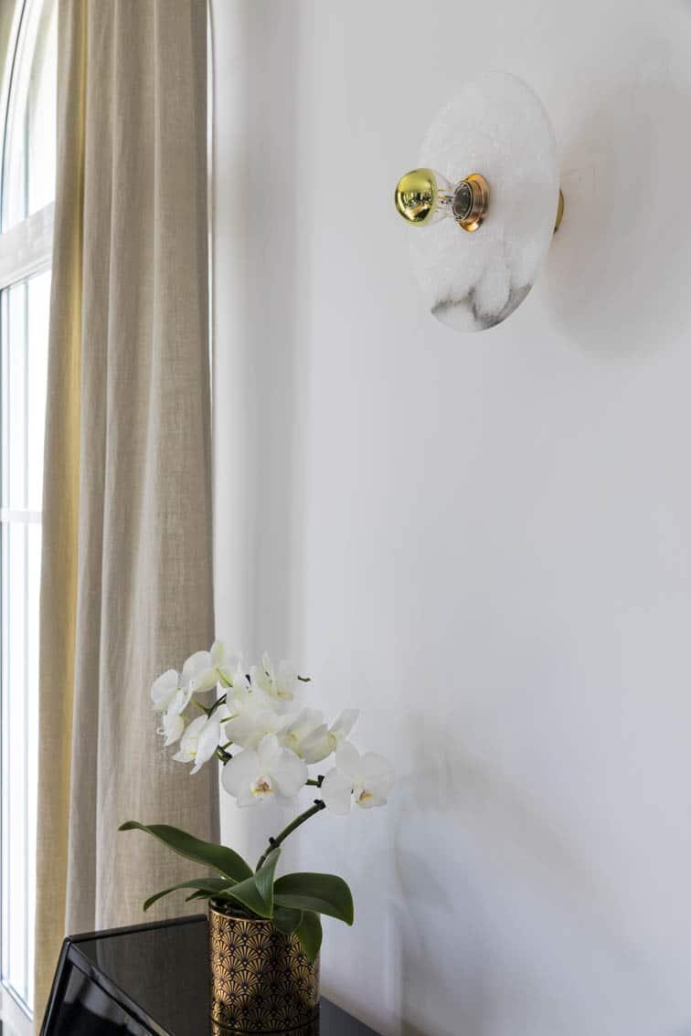 Déco contemporaine d'une villa à Maisons Lafitte - Détail d'une applique éclairant une orchidée, by Christiansen Design, Architecte d'intérieur et Décorateur à Paris, Yvelines, Hauts de Seine, Provence