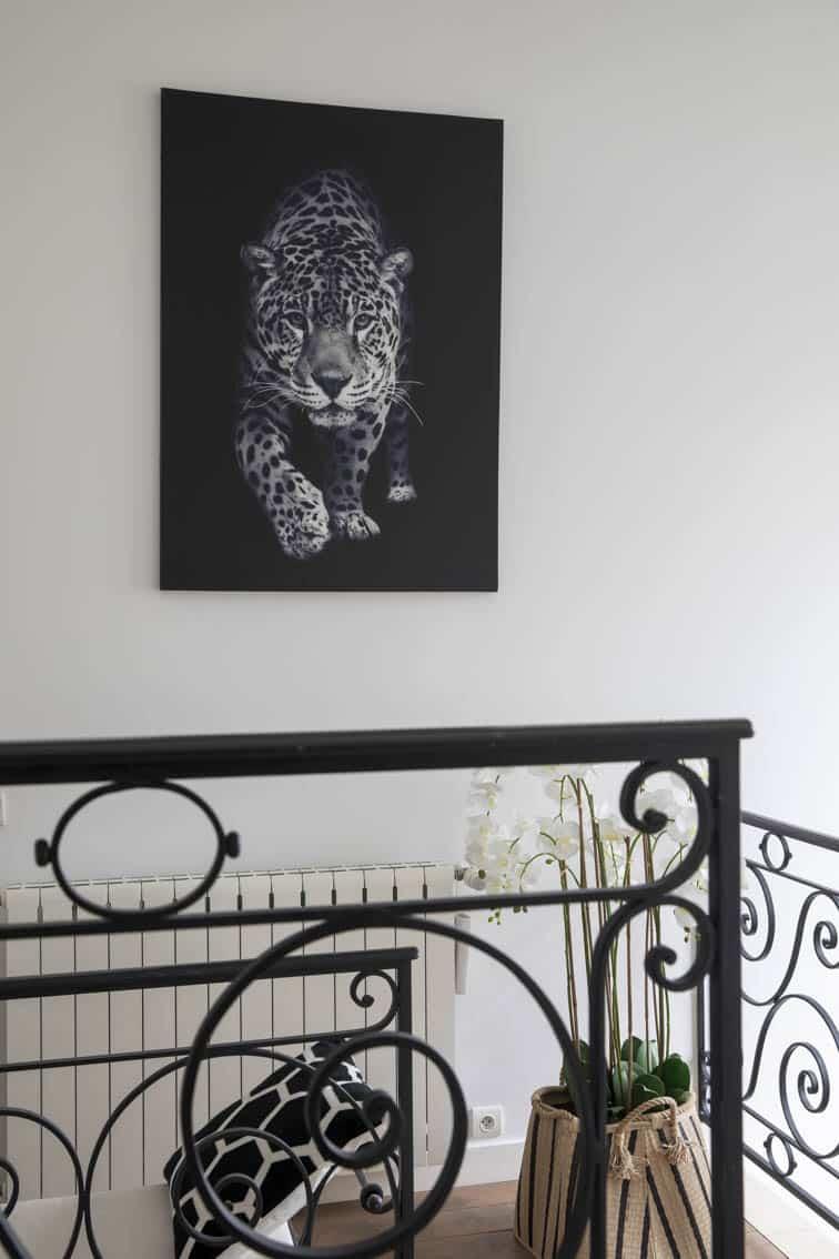 Déco contemporaine d'une villa à Maisons Lafitte - Un léopard sur fond noir et fer forgé, by Christiansen Design, Architecte d'intérieur et Décorateur à Paris, Yvelines, Hauts de Seine, Provence