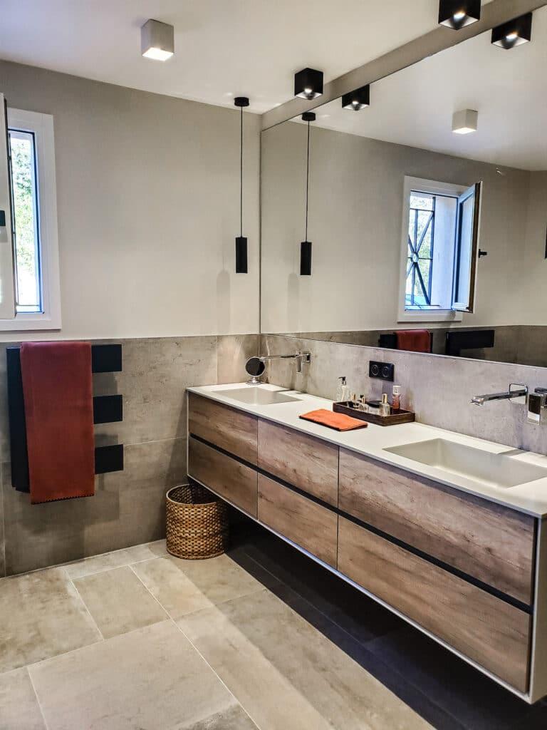 Rénovation Maison en Provence - Salle de bains avec un meuble plan vasque grand longueur et un miroir plein cadre, by Christiansen Design, Architecte d'intérieur et Décorateur à Paris, Yvelines, Hauts de Seine, Provence