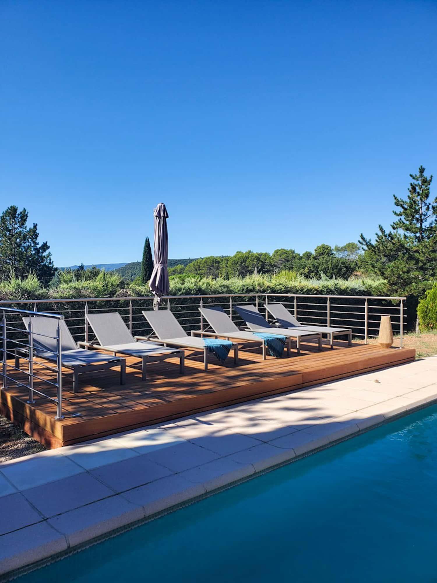 Rénovation Maison en Provence - Terrasse au pied de la piscine avec ses transats-bain de soleil, by Christiansen Design, Architecte d'intérieur et Décorateur à Paris, Yvelines, Hauts de Seine, Provence