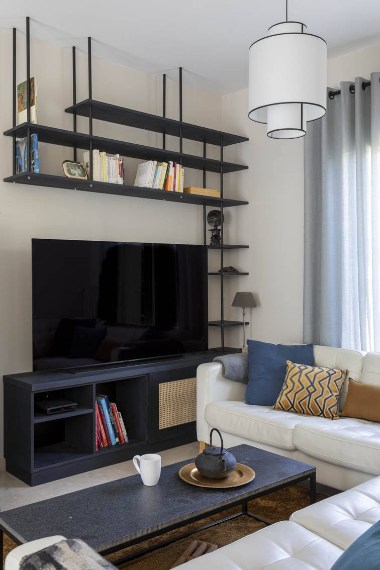 4-Relooking sur mesure Maison Chatou - vue face cadrée sur TV, by Christiansen Design, Architecte d'intérieur et Décorateur à Paris, Yvelines, Hauts de Seine, Provence
