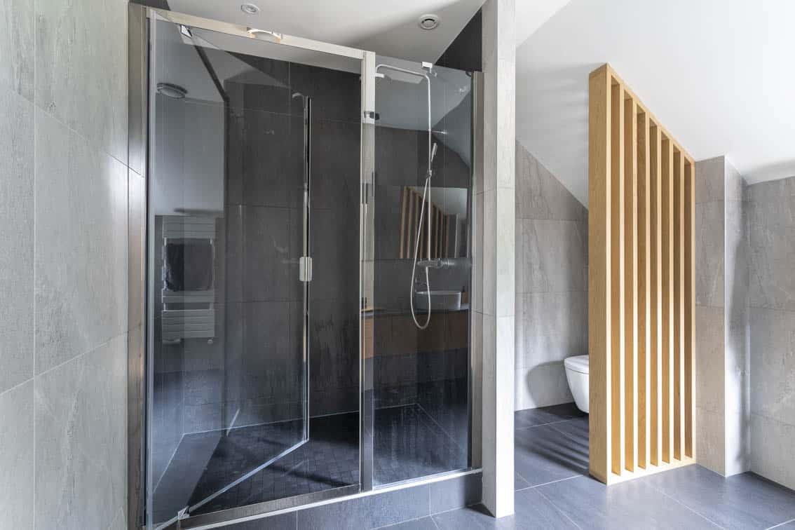 Salle de bains noire et chêne avec claustra, by Christiansen Design, Architecte d'intérieur et Décorateur à Paris, Yvelines, Hauts de Seine, Provence
