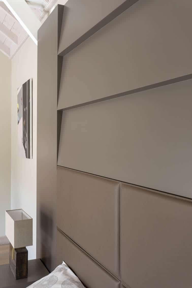 Détail tête de lit format XXL en laque mate et cuir sellier, by Christiansen Design, Architecte d'intérieur et Décorateur à Paris, Yvelines, Hauts de Seine, Provence