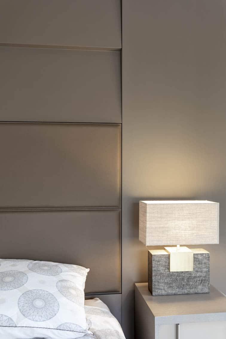 Détail d'une tête de lit en laque mate et cuir sellier, by Christiansen Design, Architecte d'intérieur et Décorateur à Paris, Yvelines, Hauts de Seine, Provence