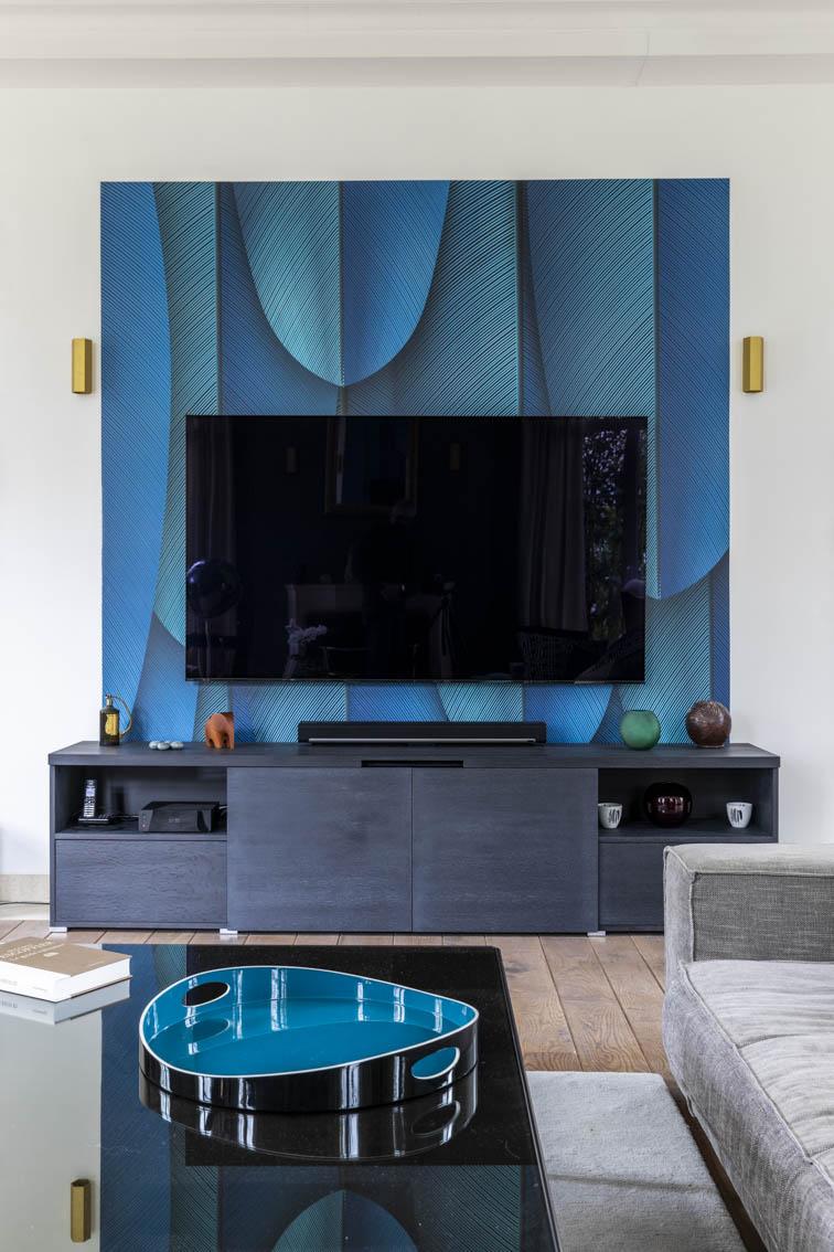 Meuble multimédia sur mesure avec impression plumes bleu, by Christiansen Design, Architecte d'intérieur et Décorateur à Paris, Yvelines, Hauts de Seine, Provence