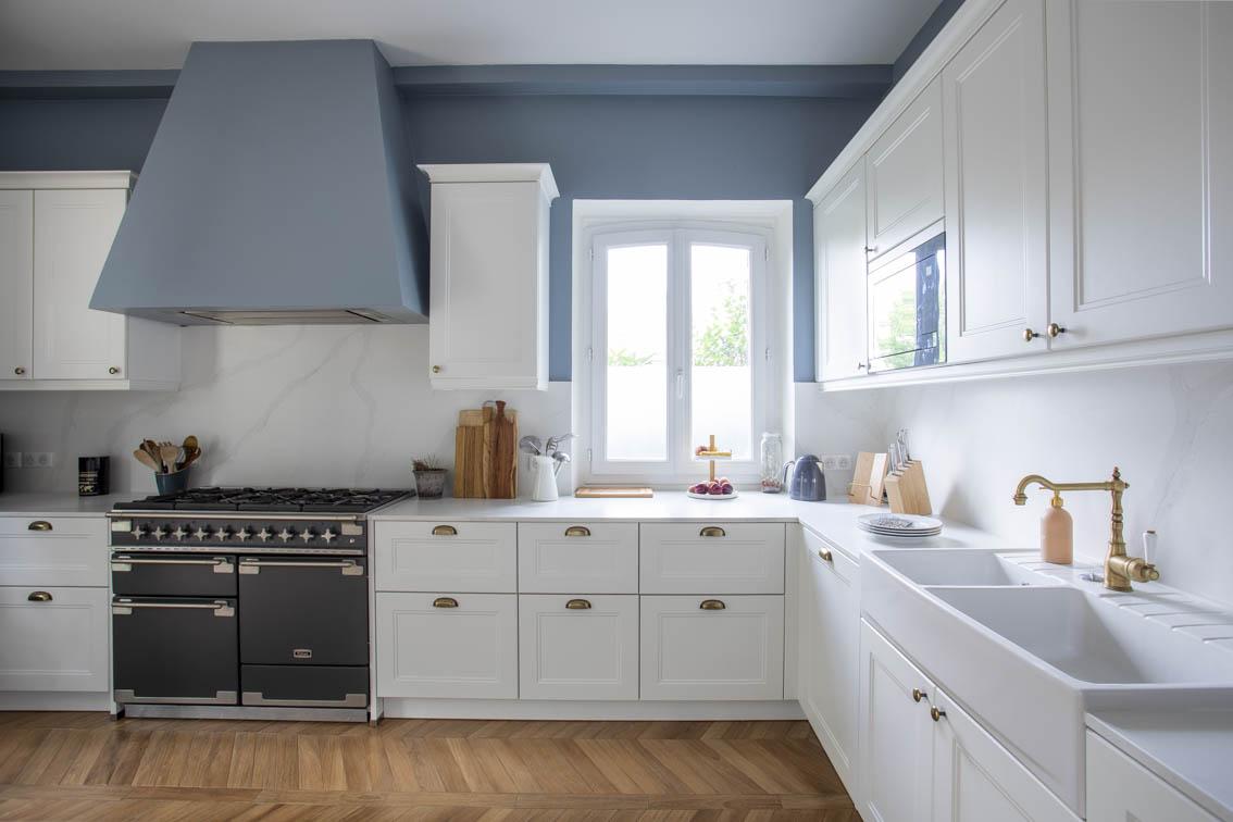 Contraste entre un blanc pur et un bleu gris sur la hotte et les murs, by Christiansen Design, Architecte d'intérieur et Décorateur à Paris, Yvelines, Hauts de Seine, Provence